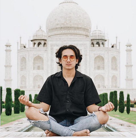 https: img.okeinfo.net content 2018 08 03 406 1931150 mirip-aktor-bollywood-intip-foto-foto-liburan-adipati-dolken-di-india-vUsdZA4mSE.jpg