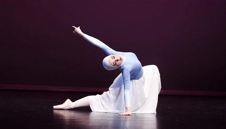 https: img.okeinfo.net content 2018 08 06 196 1932563 kisah-balerina-berhijab-yang-sempat-ditolak-ikut-sekolah-balet-kelas-internasional-g8zNrytDwK.png