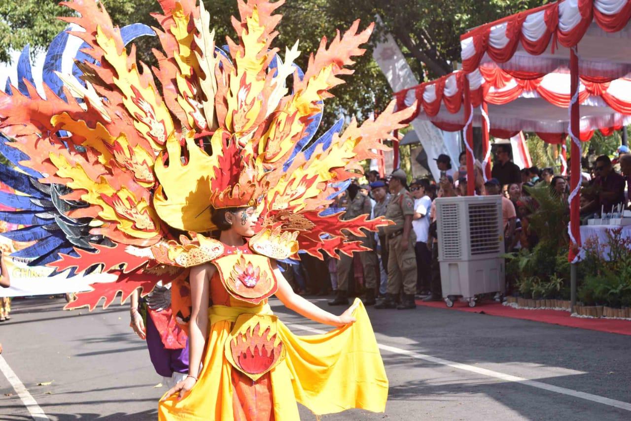 https: img.okeinfo.net content 2018 08 06 406 1932646 manjakan-mata-buleleng-endek-carnaval-sajikan-keindahan-warna-warni-kain-khas-buleleng-BQS11LlIeE.jpeg