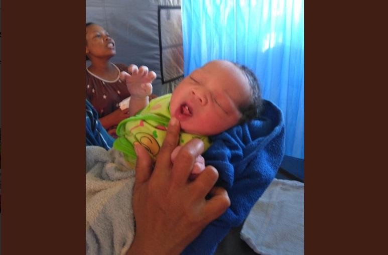 https: img.okeinfo.net content 2018 08 07 196 1932875 melahirkan-di-tengah-kekalutan-gempa-lombok-momen-lahirnya-bayi-gempa-viral-KDfL1i7R1f.jpg