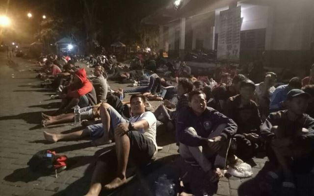 https: img.okeinfo.net content 2018 08 11 51 1934971 demi-tiket-final-ratusan-pendukung-timnas-indonesia-u-16-menginap-di-stadion-motildtvsB.jpg