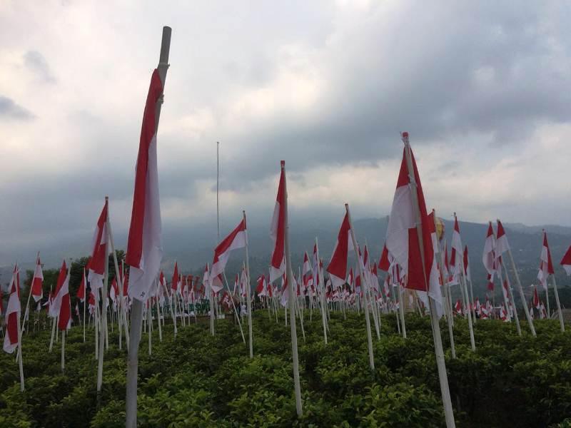 https: img.okeinfo.net content 2018 08 13 406 1935700 merinding-melihat-1970-bendera-merah-putih-berdiri-kokoh-di-lereng-gunung-lawu-IFQhdv9fx6.jpeg