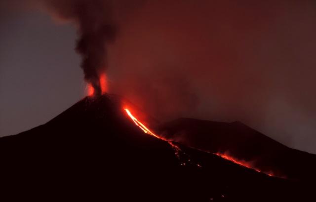 https: img.okeinfo.net content 2018 08 24 18 1941137 gunung-berapi-etna-di-italia-meletus-lontarkan-abu-dan-lava-Yhl3aegMlS.jpg