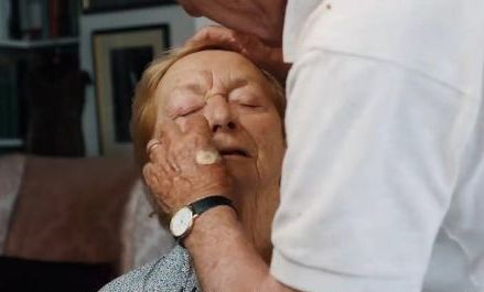 https: img.okeinfo.net content 2018 08 29 196 1942957 pria-ini-belajar-makeup-demi-dandani-istrinya-simak-kisah-romantisnya-RriKTWgRUx.jpg