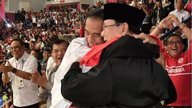 Jokowi Prabowo Berpelukan Selebriti Ini Kompak Beri Apresiasi