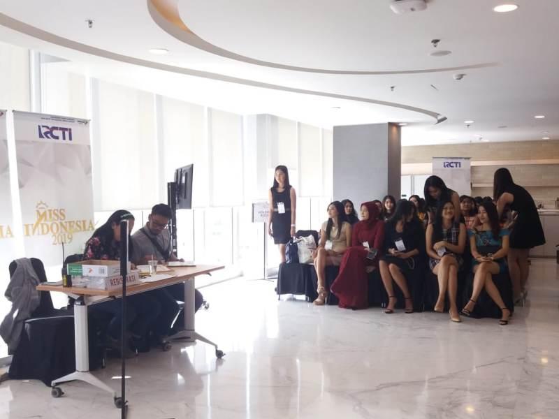 https: img.okeinfo.net content 2018 09 01 194 1944621 antusiasme-42-peserta-audisi-miss-indonesia-2019-yakin-lolos-ke-tahap-selanjutnya-jsc2ez85Up.jpeg