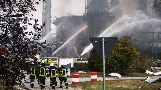 https: img.okeinfo.net content 2018 09 02 18 1944755 kilang-minyak-terbakar-8-karyawan-terluka-dan-ribuan-warga-dievakuasi-WGTTzJFj4k.jpg