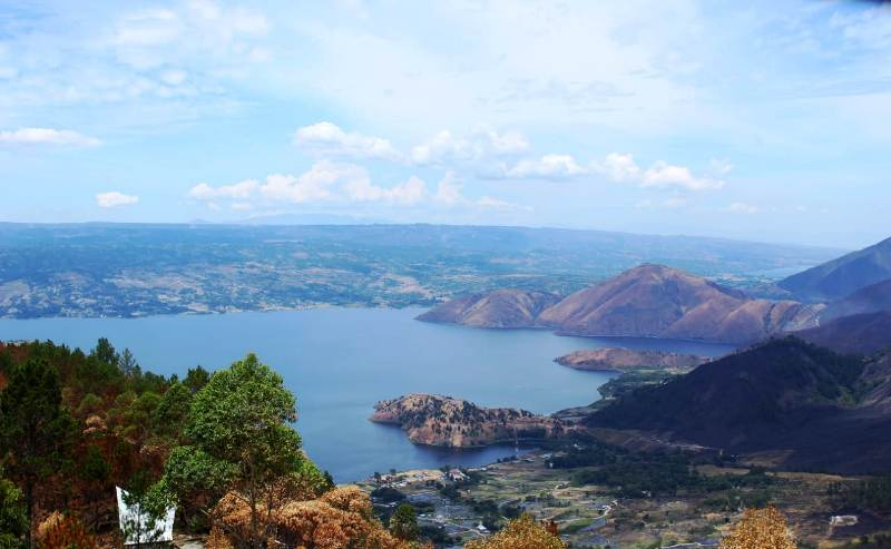 https: img.okeinfo.net content 2018 09 03 406 1945112 berkunjung-ke-menara-pandang-tele-lokasi-terbaik-menikmati-keindahan-danau-toba-gKR5RZtzMQ.jpg