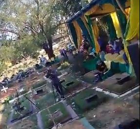 https: img.okeinfo.net content 2018 09 09 338 1948241 viral-pesta-pernikahan-dan-dangdutan-di-tengah-kuburan-warganet-astaghfirullah-gINMYfV59E.JPG