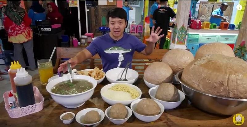 https: img.okeinfo.net content 2018 09 13 298 1949839 food-vlogger-tertantang-makan-bakso-45kg-terbesar-di-indonesia-8fnIlQqhmK.jpg