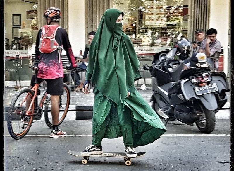 https: img.okeinfo.net content 2018 09 14 406 1950425 foto-foto-wanita-bercadar-main-skate-board-jadi-viral-REUW5xDidL.jpg