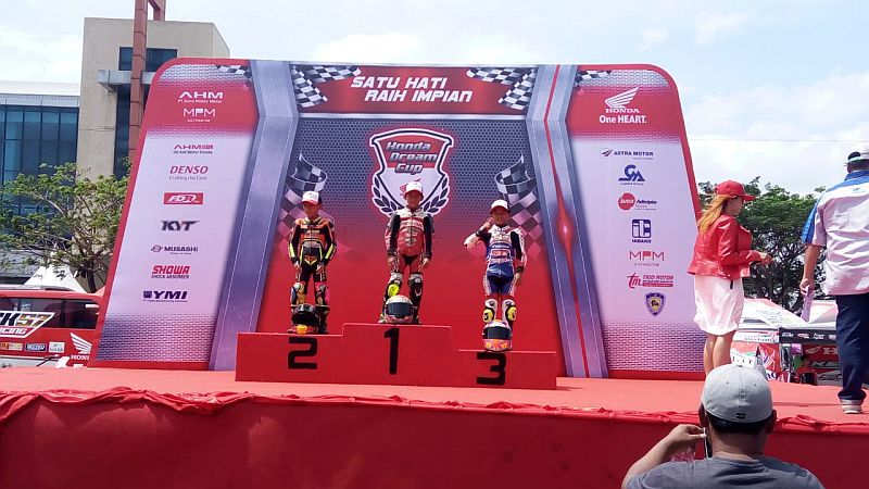 https: img.okeinfo.net content 2018 09 16 43 1951181 veda-ega-pembalap-cilik-yang-juarai-hdc-surabaya-kelas-pemula-u-12-QysHhEO8WS.jpg