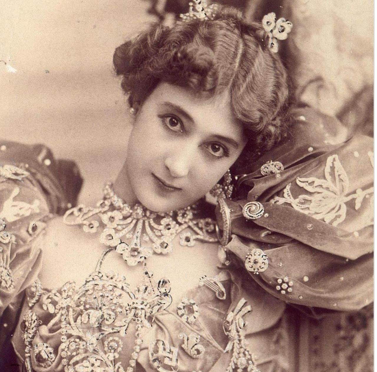 https: img.okeinfo.net content 2018 09 19 194 1952615 sempat-eksis-100-tahun-yang-lalu-8-perempuan-ini-kecantikannya-tidak-bisa-ditandingi-VWF4sUDujU.jpg