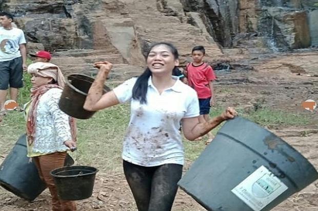 https: img.okeinfo.net content 2018 09 24 194 1954848 kunjungi-kampung-sentak-dulang-alya-nurshabrina-ajak-warga-mengolah-hasil-tani-djST02sCaQ.jpg