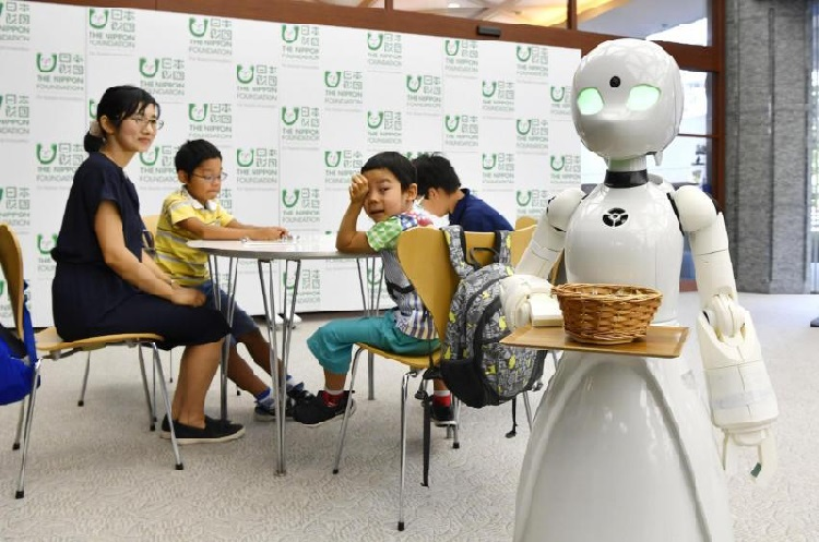 https: img.okeinfo.net content 2018 09 24 56 1954924 unik-robot-ini-bisa-dikontrol-dari-jarak-jauh-layani-pengunjung-kafe-Jl4KFO9J4V.jpg
