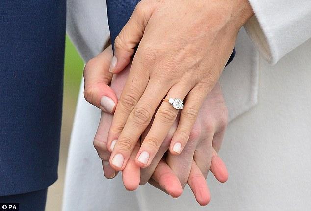 https: img.okeinfo.net content 2018 09 27 194 1956558 istana-buckingham-jual-replika-cincin-tunangan-meghan-markle-harganya-murah-banget-fUGDW9TSad.jpg
