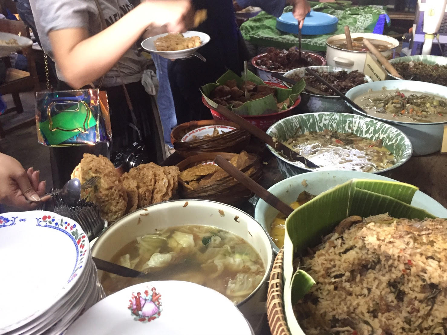 https: img.okeinfo.net content 2018 10 01 298 1957955 mencicipi-sayur-lodeh-favorit-artis-dan-tokoh-ternama-indonesia-di-kopi-klotok-zcZhsRl4SK.jpg