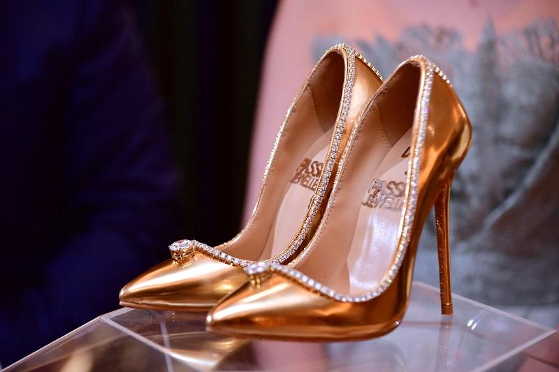 https: img.okeinfo.net content 2018 10 02 194 1958604 intip-kemewahan-sepatu-heels-termahal-di-dunia-seharga-rp253-miliar-m3p2xU2Gaz.jpg