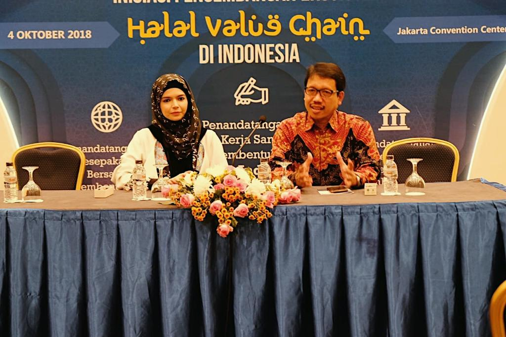 https: img.okeinfo.net content 2018 10 04 194 1959740 cara-desainer-busana-muslim-vivi-zubedi-dorong-industri-kreatif-daerah-rF1XIAj6aB.jpeg