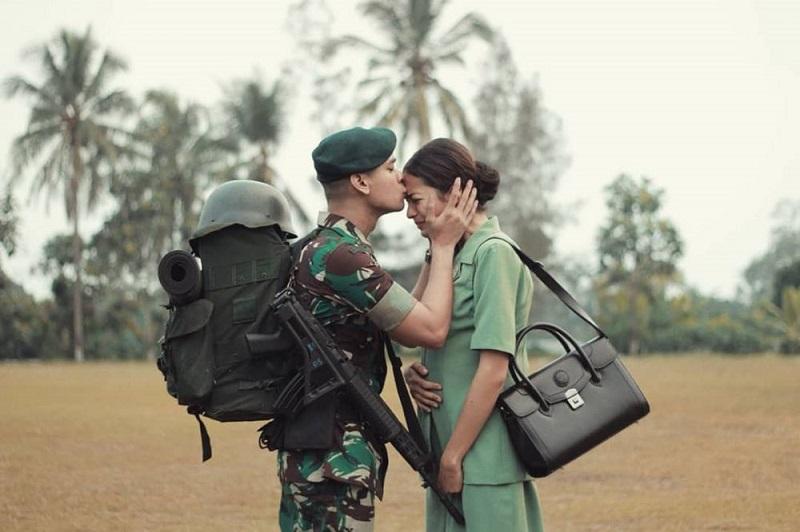 https: img.okeinfo.net content 2018 10 05 196 1960273 momen-mengharukan-prajurit-tni-bersama-istri-saat-hendak-berangkat-ke-medan-perang-VkAmdAkRN1.jpg
