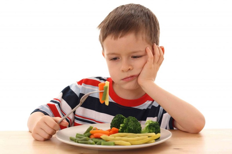 https: img.okeinfo.net content 2018 10 05 481 1960339 4-gaya-orangtua-saat-memberikan-makan-ke-anaknya-mana-yang-benar-OrkYihHhzn.jpg