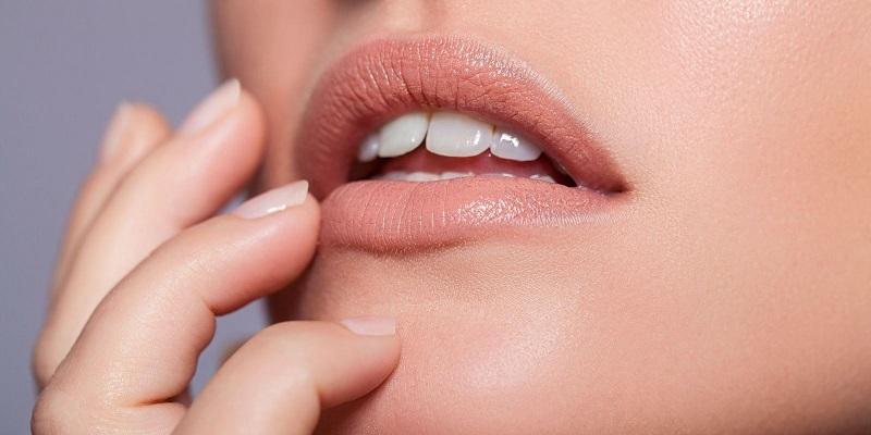 https: img.okeinfo.net content 2018 10 08 194 1961255 lima-aturan-dalam-mengenakan-lipstik-warna-nude-BlcERyUbgV.jpg
