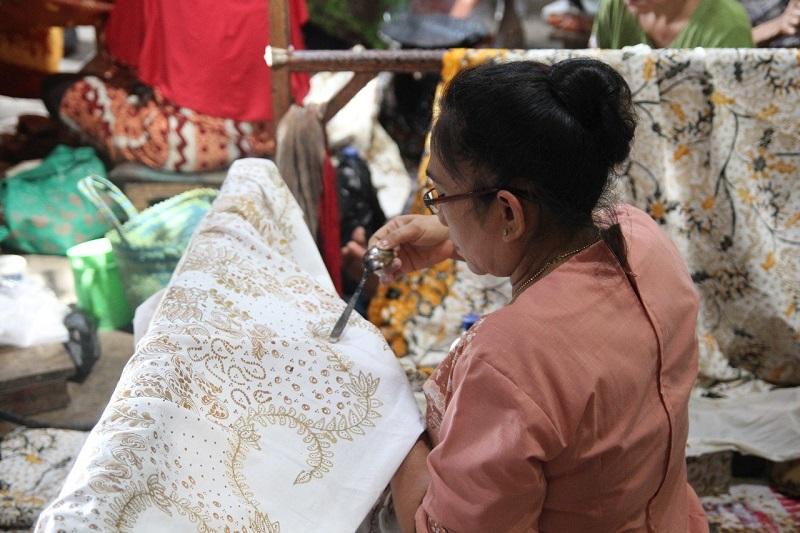 https: img.okeinfo.net content 2018 10 09 194 1961529 pesona-keunikan-batik-lasem-membuatnya-diminati-wisatawan-asing-EC6BjWnwmA.jpg