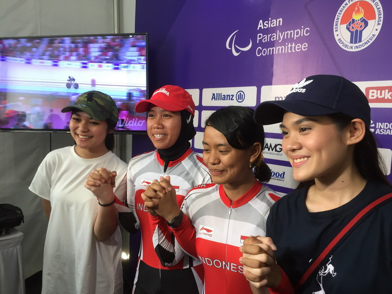 https: img.okeinfo.net content 2018 10 11 33 1962637 sheryl-sheinafia-ditemui-fans-atlet-sepeda-asian-para-games-2018-Y1He861NIR.jpg