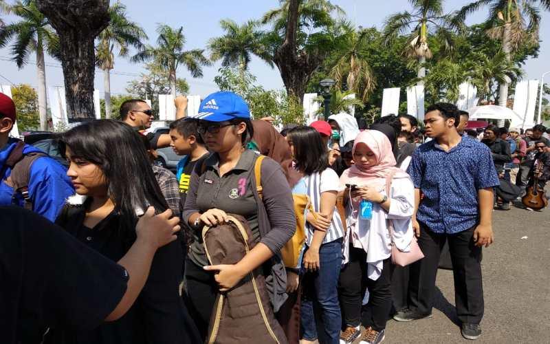 https: img.okeinfo.net content 2018 10 11 598 1962687 ratusan-warga-surabaya-padati-big-audisi-rising-star-indonesia-2018-vof8BWYexF.jpg