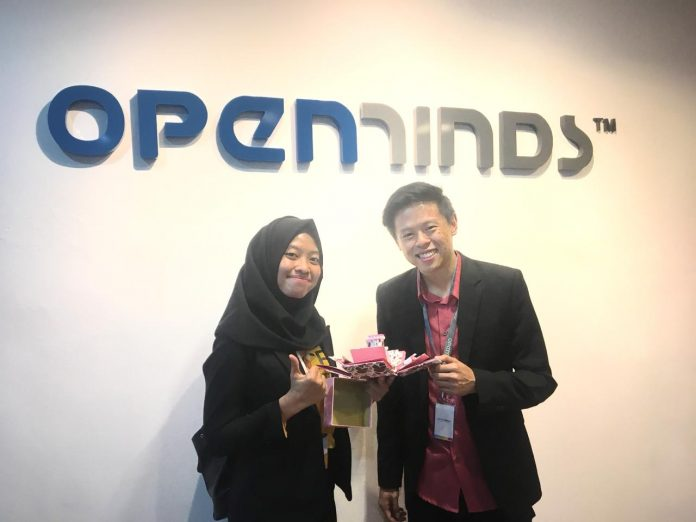 https: img.okeinfo.net content 2018 10 11 65 1962625 berkat-ide-bisnis-foto-album-tiga-dimensi-mahasiswa-unair-raih-penghargaan-di-singapura-OLZBXCp8jN.jpg