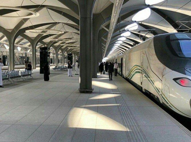https: img.okeinfo.net content 2018 10 12 18 1963228 publik-di-arab-saudi-kini-sudah-bisa-nikmati-perjalanan-dengan-kereta-cepat-haramain-8kFRViWE8L.jpg