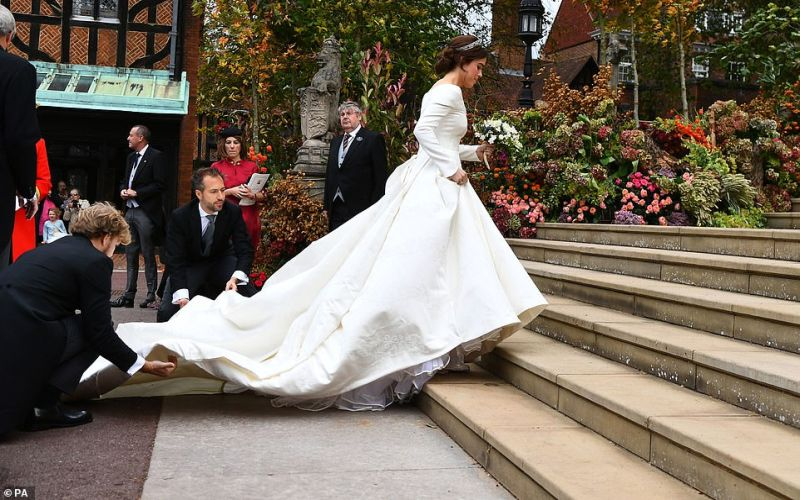 https: img.okeinfo.net content 2018 10 12 196 1963330 pengiring-cilik-terjatuh-topi-terbang-hingga-tersingkapnya-rok-hiasi-jalannya-royal-wedding-putri-eugenie-2rAo5momHr.jpg
