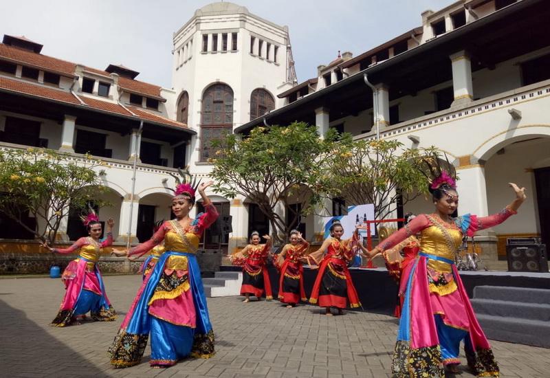 https: img.okeinfo.net content 2018 10 12 406 1963024 hari-museum-indonesia-wisata-lawang-sewu-dibanjiri-pengunjung-720CybbbWz.jpg
