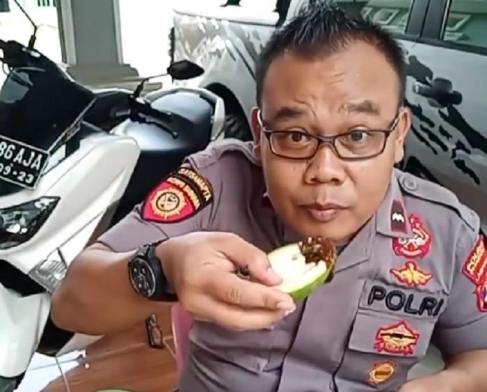 https: img.okeinfo.net content 2018 10 13 298 1963650 perkenalkan-turono-pujakesuma-pak-polisi-yang-hobi-bikin-video-makan-pedas-dRsoMdmF4B.jpg