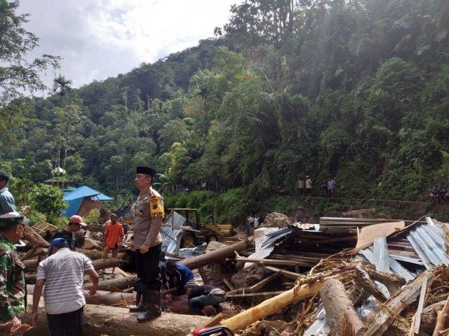 https: img.okeinfo.net content 2018 10 13 340 1963698 mandailing-natal-diterjang-banjir-longsor-tanggap-darurat-ditetapkan-hingga-18-oktober-5X1HQRddqd.jpg
