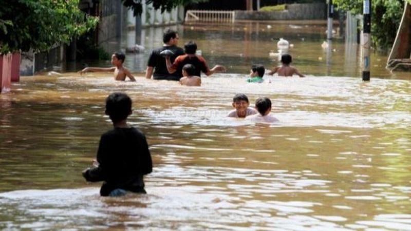 https: img.okeinfo.net content 2018 10 14 340 1963857 banjir-hingga-2-meter-terjang-kapuas-hulu-gHpkR68rbu.jpg