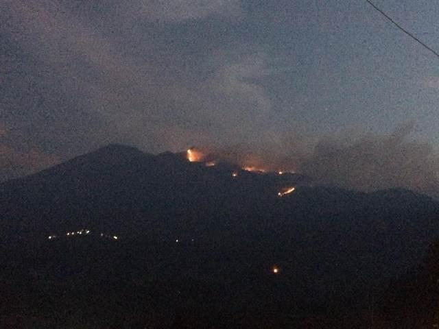 https: img.okeinfo.net content 2018 10 14 512 1963972 gunung-merbabu-terbakar-api-belum-bisa-dikendalikan-iyszuyRFZb.jpeg