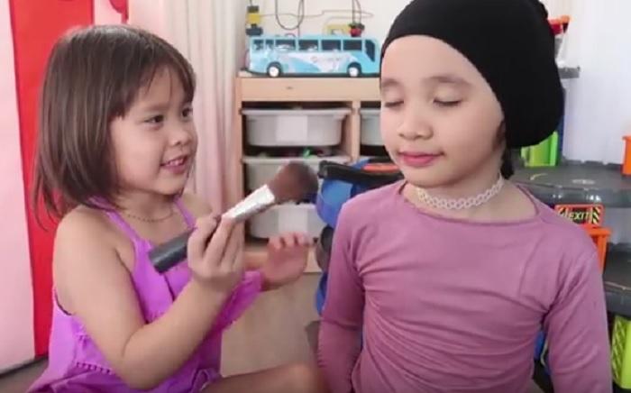 https: img.okeinfo.net content 2018 10 17 194 1965239 tutorial-make-up-menggemaskan-ala-kala-dan-sybil-putri-zaskia-mecca-rBlJWmD4SE.jpg