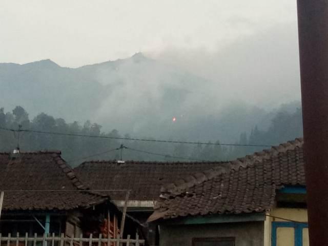https: img.okeinfo.net content 2018 10 17 512 1964967 api-tak-kunjung-padam-satgas-pemadam-kebakaran-gunung-merbabu-dibentuk-uC6p4h0EFS.jpg