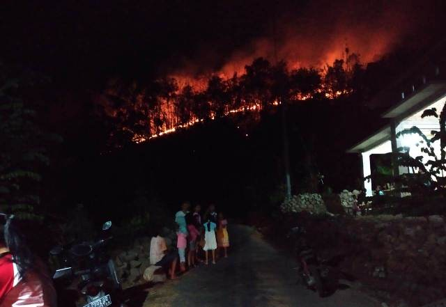 https: img.okeinfo.net content 2018 10 17 512 1965364 tanggap-darurat-kebakaran-gunung-merbabu-diberlakukan-selama-14-hari-KjIAy77t4s.jpeg