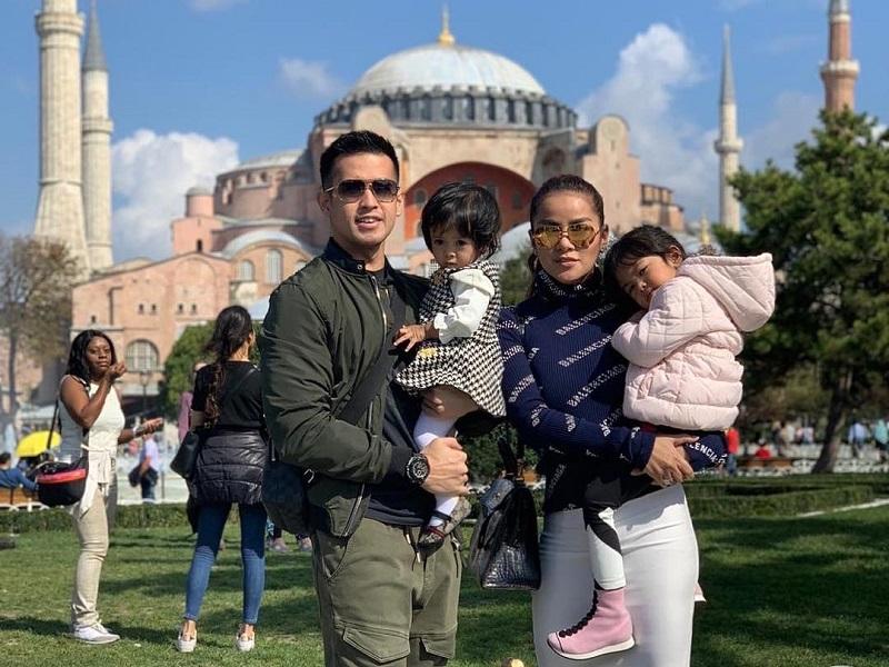 https: img.okeinfo.net content 2018 10 18 194 1965786 5-gaya-keren-olla-ramlan-dan-keluarga-saat-liburan-di-turki-bWIwWrAZK2.jpg