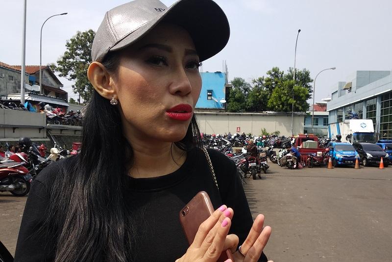 https: img.okeinfo.net content 2018 10 18 33 1965550 unggah-foto-telanjang-dewi-sanca-cari-sensasi-CXDwmskZjr.jpg