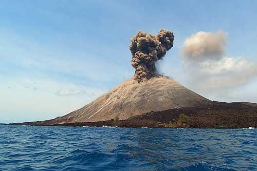https: img.okeinfo.net content 2018 10 19 340 1966068 gunung-anak-krakatau-erupsi-49-kali-warga-dilarang-mendekat-radius-2-km-tgbujLdrQq.jpg