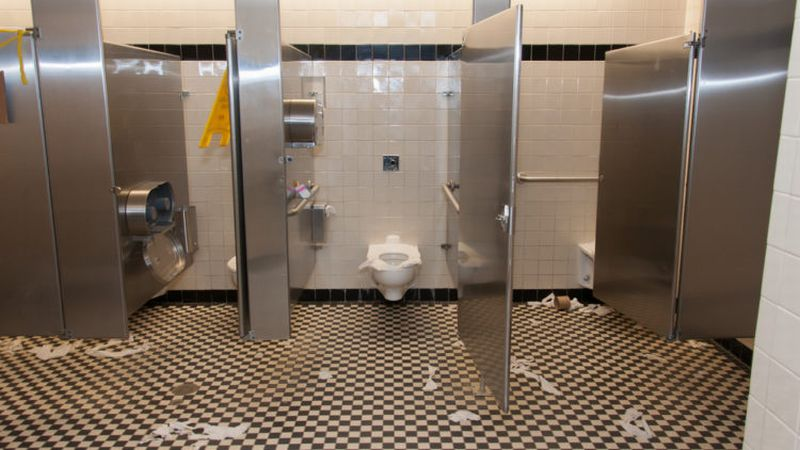 https: img.okeinfo.net content 2018 10 22 481 1967218 ingin-buang-air-ke-toilet-umum-hati-hati-7-benda-ini-jadi-sarang-kuman-dan-bakteri-H8oHgiUqvx.jpg