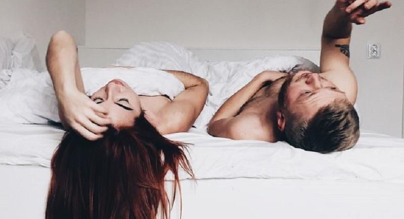 Saat pasanganmu berdiri gunakan tanganmu untuk membelai tangan, kaki, pundak, wajah, perut dan area intimnya.