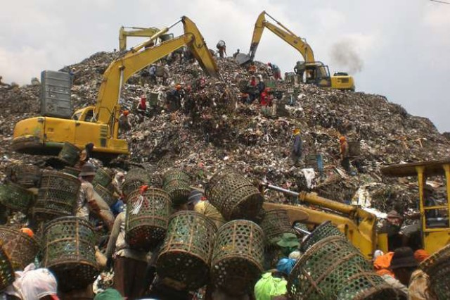 https: img.okeinfo.net content 2018 10 23 338 1968019 curhat-warga-bantargebang-yang-hidup-di-kawasan-gunung-sampah-jUWjH326As.jpg