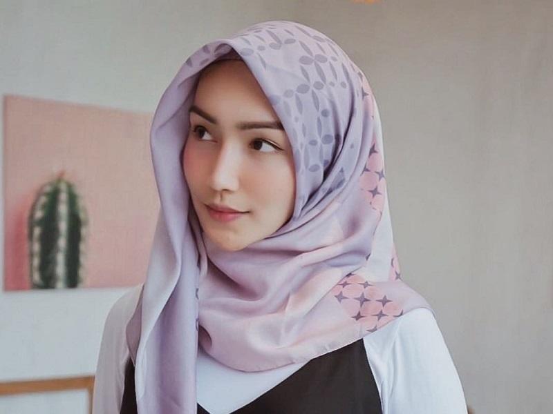 https: img.okeinfo.net content 2018 10 25 194 1968808 4-gaya-hijab-trendi-ala-artis-muda-generasi-milenial-z6SsHxmrhG.jpg