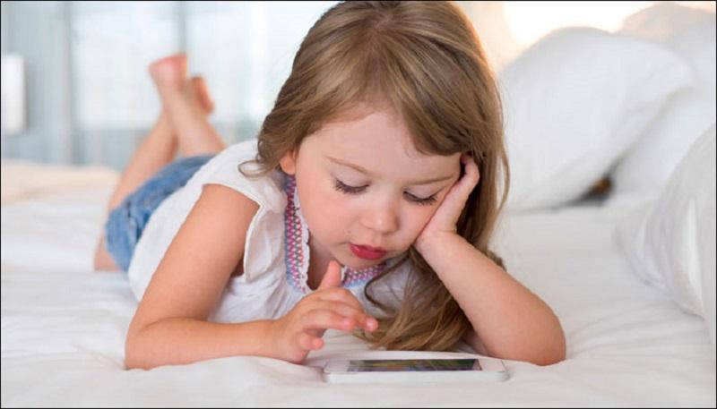 https: img.okeinfo.net content 2018 10 25 196 1968811 hati-hati-kecanduan-gadget-bisa-bikin-anak-menangis-rewel-hingga-mogok-makan-Q9ht0r5UDB.jpg