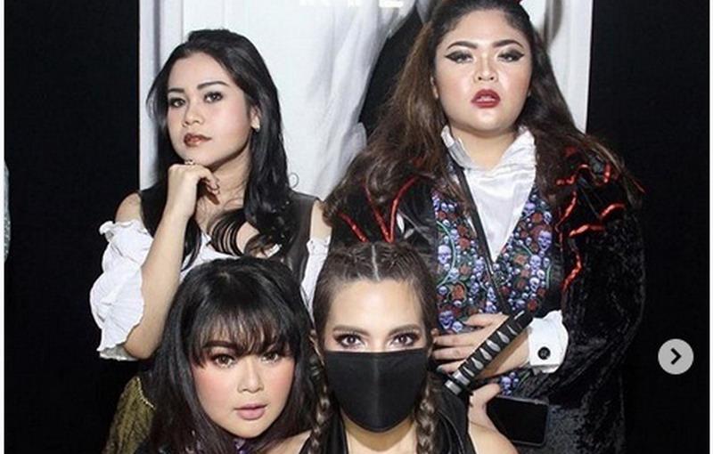 https: img.okeinfo.net content 2018 10 31 33 1971308 sambut-halloween-nia-ramadhani-dan-girl-squad-tampil-dengan-kostum-seksi-dnlIM5ZEo1.jpg