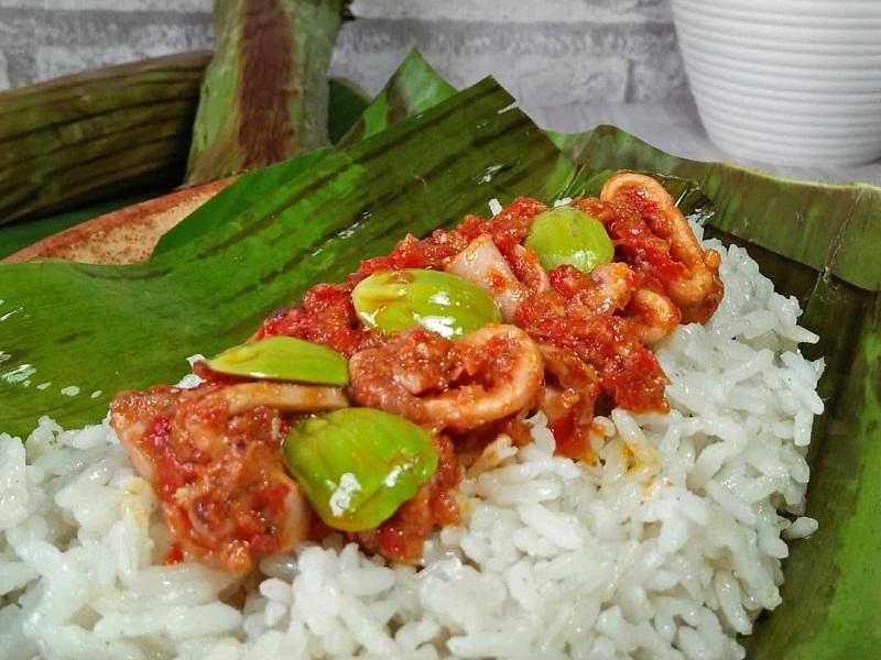 https: img.okeinfo.net content 2018 11 05 298 1973634 resep-nasi-bakar-cumi-sambalado-untuk-makan-malam-spesial-bersama-keluarga-yummy-lx9naW1LI2.jpg